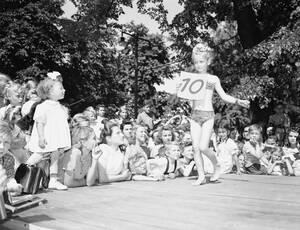 1949, Φρανκφούρτη.  Μια μικρή διαγωνιζόμενη βάζει τα δυνατά της να εντυπωσιάσει τους κριτές σε παιδικά καλλιστεία στη Φρανκφούρτη της Γερμανίας.