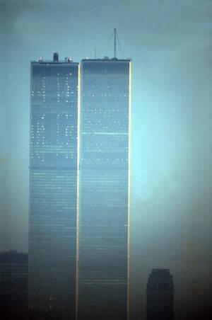 1974, Μανχάταν.  Ο βόρειος και ο νότιος πύργος του World Trade Center, όπως φαίνονται την ώρα του ηλιοβασιλέματος, από το κτήριο της RCA στο Μανχάταν.
