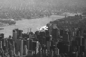 1983, Νέα Υόρκη.  Το πρώτο διαστημικό λεωφορείο Έντερπράιζ πετάει πάνω από τη Νέα Υόρκη, επιστρέφοντας από την Ευρώπη. Το διαστημικό λεωφορείο κουβαλάει στην πλάτη του ένα Boeing 747.