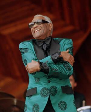 1993, Βοστώνη.  Ο θρύλος της μουσικής Ρέι Τσαρλς τυγχάνει αποθεωτικής υποδοχής από το κοινό, κατά τη διάρκεια ενός φεστιβάλ τζαζ στη Βοστώνη. Ο Ρέι Τσαρλς πέθανε στις 10 Ιουνίου 2004, σε ηλικία 73 ετών.