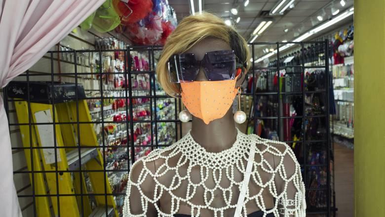Βρετανοί ερευνητές: Η ευρεία χρήση μάσκας μπορεί να αποτρέψει νέα κύματα της πανδημίας