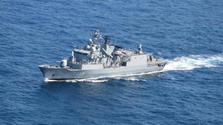 Θρίλερ ανοιχτά της Λιβύης: Ελληνική φρεγάτα παρακολουθεί πλοίο ύποπτο για μεταφορά όπλων