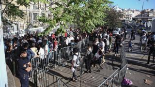Εικόνες συνωστισμού στην υπηρεσία Ασύλου και Μετανάστευσης στην Κατεχάκη
