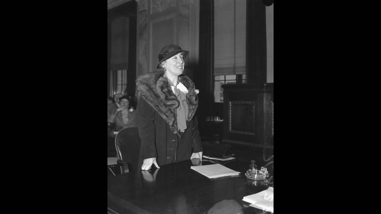 1935, Ουάσινγκτον.  Η Τζανέτ Ράνκιν εμφανίζεται στην Επιστροπή Πολέμου της αμερικανικής Γερουσίας, ως μέλος του Εθνικού Συμβουλίου για την αποτροπή του παγκοσμίου πολέμου. Η Ράνκιν, μια Ρεπουμπλικάνα που έγινε μέλος της Βουλής το 1917, ήταν το μόνο μέλος