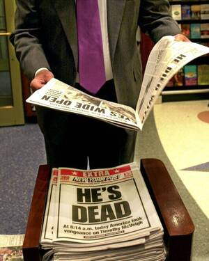2001, Νέα Υόρκη.  Οι εφημερίδες ανακοινώνουν την εκτέλεση του Τίμοθι ΜακΒέι, ο οποιος πέθανε λίγες ώρες νωρίτερα στην ομοσπονδιακή φυλακή της Ιντιάνα, καταδικασμένος για τη δολοφονία 168 ανθρώπων στη βομβιστική επίθεση της Οκλαχόμα. Ήταν ο πρώτος ομοσπον