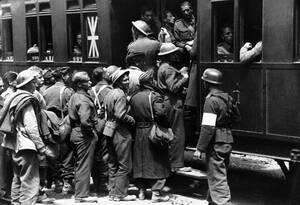 1941, Αθήνα.  Βρετανοί στρατιώτες που συνελήφθησαν μετά τη γερμανική εισβολή στην Ελλάδα μπαίνουν στα τρένα για να μεταφερθούν σε στρατόπεδα στη Γερμανία.