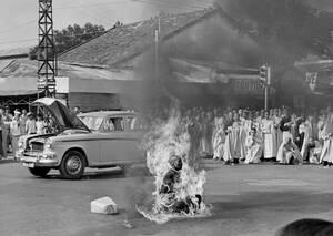 1963, Σαιγκόν.  Ο Thich Quang Duc, Βουδιστής μοναχός, αυτοπυρπολείται σε ένα δρόμο της Σαιγκόν, διαμαρτυρόμενος για τους διωγμούς Βουδιστών από την κυβέρνηση του Νότιου Βιετνάμ.