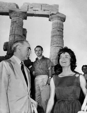 1961, Σούνιο.  Η Τζάκι Κένεντι και ο Έλληνας Πρωθυπουργός Κωνσταντίνος Καραμανλής κουβεντιάζουν στο Ναό του Ποσειδώνα στο Σούνιο κατά τη διάρκεια επίσημης επίσκεψης της πρώτης στην Ελλάδα.