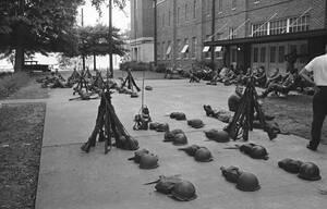 1963, Αλαμπάμα. Ο στρατός βρίσκεται στην είσοδο του Πανεπιστημίου της Αλαμπάμα για να επιβάλει την είσοδο σε αυτό μαύρων φοιτητών. Ο κυβερνήτης της πολιτείας, Τζορτζ Γουάλας, είχε κλείσει νωρίτερα την είσοδο, αγνοώντας την Ομοσπονδιακή εντολή να δεχτεί τ