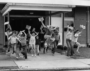 1974, Ιλινόις.  Ίσως η μοναδική εικόνα που δεν χρειάζεται λέξεις. School's out for summer.