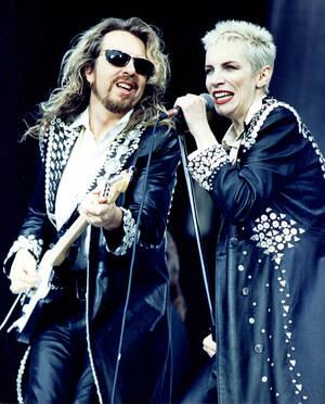 1988, Λονδίνο.  Οι Eurythmics, δηλαδή η Άνι Λένοξ και ο Ντέιβ Στιούαρτ στη σκηνή στο στάδιο του Γουέμπλεϊ, στη συναυλία για την απελευθέρωση του Νέλσον Μαντέλα. Η συναυλία κράτησε 10 ώρες, την παρακολούθησαν 70.000 άνθρωποι και μεταδόθηκε τηλεοπτικά σε π