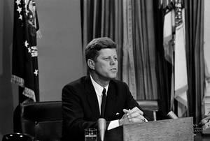 1963, Ουάσινγκτον.  Ο Πρόεδρος των ΗΠΑ, Τζόν Κένεντι απευθύνεται τηλεοπτικά στον αμερικανικό λαό για τα ανθρώπινα δικαιώματα. Η ομιλία του επικεντρώνεται στο περιστατικό στην Αλαμπάμα, κατά το οποίο ο κυβερνήτης της πολιτείας αρνήθηκε να εφοαρμόσει τον ο