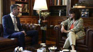 Συνάντηση Κατερίνας Σακελλαροπούλου με τον Κώστα Μπακογιάννη - Στο επίκεντρο ο Μεγάλος Περίπατος
