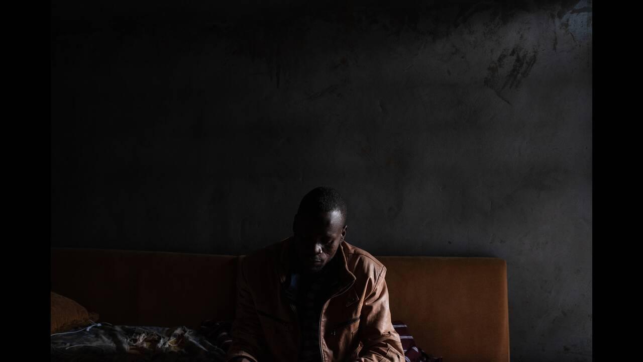 Ο 28χρονος Αμπντουλμπασίρ έφτασε στη Λιβύη πριν από τρία χρόνια και πέρασε σχεδόν δυόμισι χρόνια στα κέντρα κράτησης. Όπως ισχυρίζεται ένας φρουρός έσπασε το δεξί του χέρι με ένα κλομπ. Κατά τη διάρκεια του πρώτου έτους στη Λιβύη, προσπάθησε να φτάσει στη