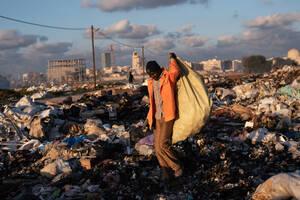 Ο Μοχάμεντ από το Μάλι, ζει στη Λιβύη από το 2015. Θέλει να επιστρέψει στη χώρα του, αλλά προς το παρόν ότι δεν έχει αρκετά χρήματα. Έφτασε στη χώρα για να ξεφύγει από τις συγκρούσεις και να βρει δουλειά για να συντηρήσει αυτόν και την οικογένειά του. Στη