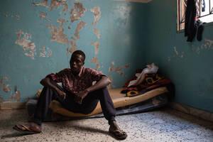 Ο Μουσταφά, 17 ετών από το Νταρφούρ, βρίσκεται στη Λιβύη εδώ και δύο χρόνια. Είναι ένας από τους επιζώντες του βομβαρδισμού του κέντρου κράτησης Τατζούρα τον Ιούλιο του 2019. Στον βομβαρδισμό σκοτώθηκαν 53 άνθρωποι  και τραυματίστηκαν περίπου 130. Ο Μουστ