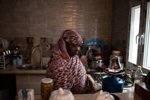 Η Αβουάια, που κατάγεται από το Νταρφούρ του Σουδάν, ετοιμάζει τσάι στην κουζίνα ενός ημιτελούς σπιτιού όπου ζει μαζί με τις δύο της κόρες στην περιοχή Γκαργκαρές, στα περίχωρα της Τρίπολης.
