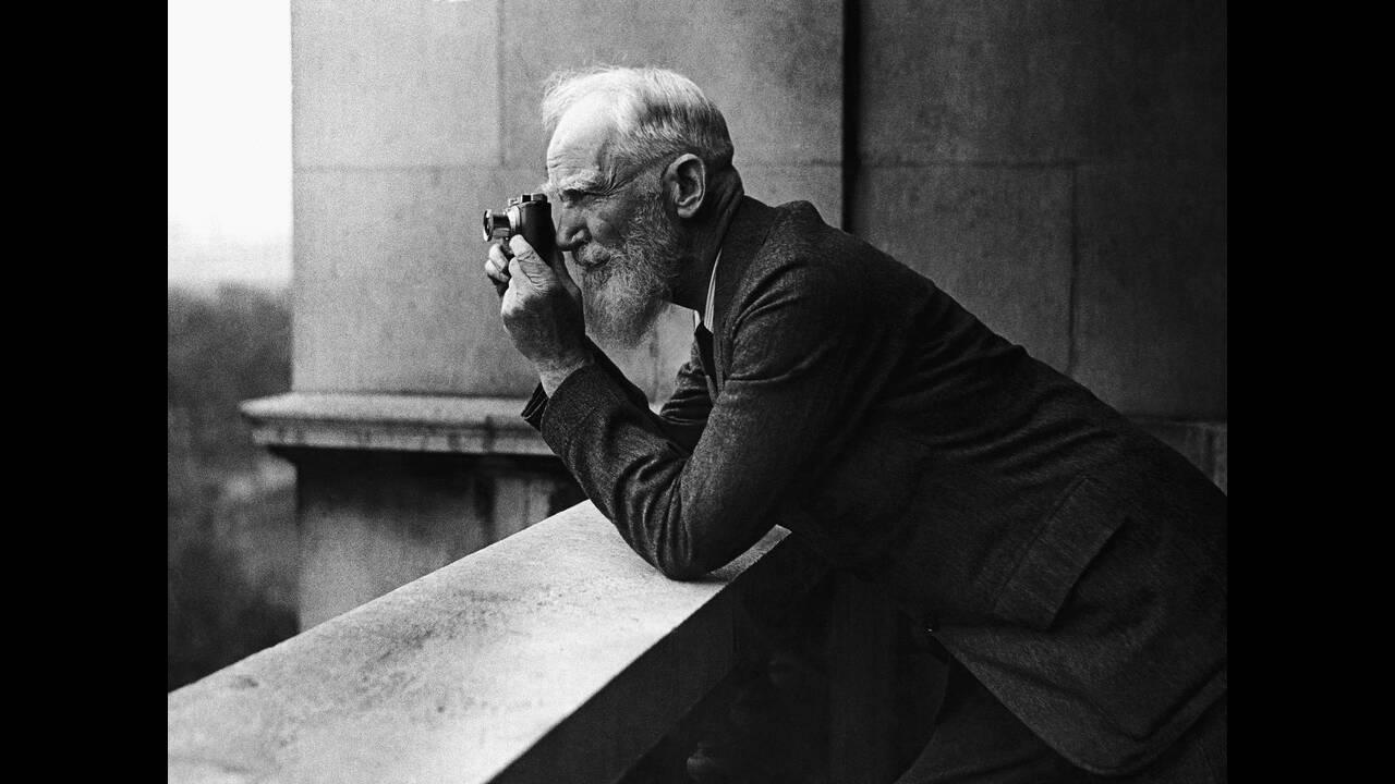 1932, Λονδίνο.  Ο Ιρλανδός συγγραφέας Τζορτζ Μπέρναρ Σο, λάτρης της φωτογραφίας, στο μπαλκόνι του σπιτιού του στο Λονδίνο.