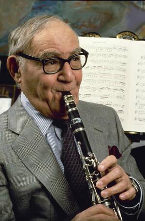 1986, Φεβρουάριος, Νέα Υόρκη.  Ο κλαρινετίστας της τζαζ, Μπένι Γκούντμαν, στο σπίτι του στη Νέα Υόρκη. Ο Γκούντμαν πέθανε στις 13 Ιουνίου του ίδιου έτους.