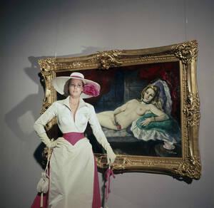 """1963, Χόλιγουντ.  Η ηθοποιός Ούρσουλα Άντρες ποζάρει με ένα πορτραίτο της, το οποίο χρησιμοποιήθηκε ως σκηνικό στην ταινία """"4 For Texas"""". Η Άντρες πρωταγωνίστησε στην ταινία, μαζί με το Φρανκ Σινάτρα."""