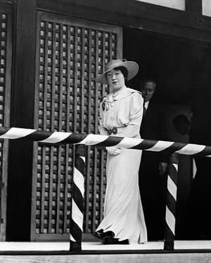 1937, Τόκιο.  Η Αυτοκράτειρα της Ιαπωνίας προσέρχεται σε ένα από τα πολλά φιλανθρωπικά events τα οποία διοργανώνει.