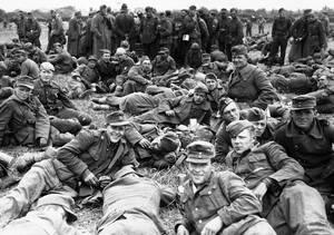 1944, Νορμανδία.  Μια μεγάλη ομάδα Γερμανών αιχμαλώτων, περιμένουν να μεταφερθούν στην Αγγλία.