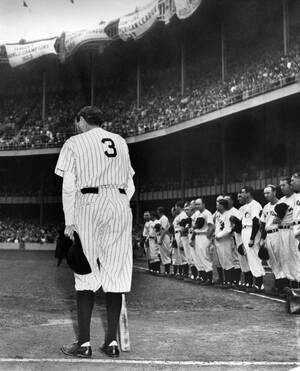 1948, Νέα Υόρκη.  Ο θρυλικός παίκτης του μπέισμπολ Μπέιμπ Ρουθ αποθεώνεται από τα πλήθη στο στάδιο των Γιάνκις, καθώς φοράει για τελευταία φορά τη φανέλα με το Νο 3.