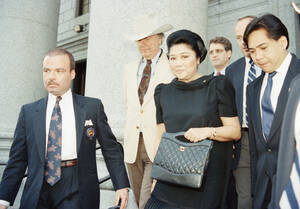 1990, Νέα Υόρκη.  Η Ιμέλντα Μάρκος, σύζυγος του πρώην Προέδρου των Φιλιππίνων, Φερντινάρντ Μάρκος, φεύγει από το ομοσπονδιακό δικαστήριο, στο οποίο συνεχίζεται η δίκη της. Η δίκη είχε διακοπεί όταν η Μάρκος λιποθύμησε στην αίθουσα.