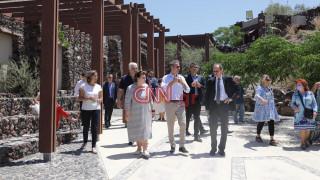 Στη Σαντορίνη ο Κυριάκος Μητσοτάκης: «Έτοιμη η Ελλάδα να υποδεχθεί τους τουρίστες»