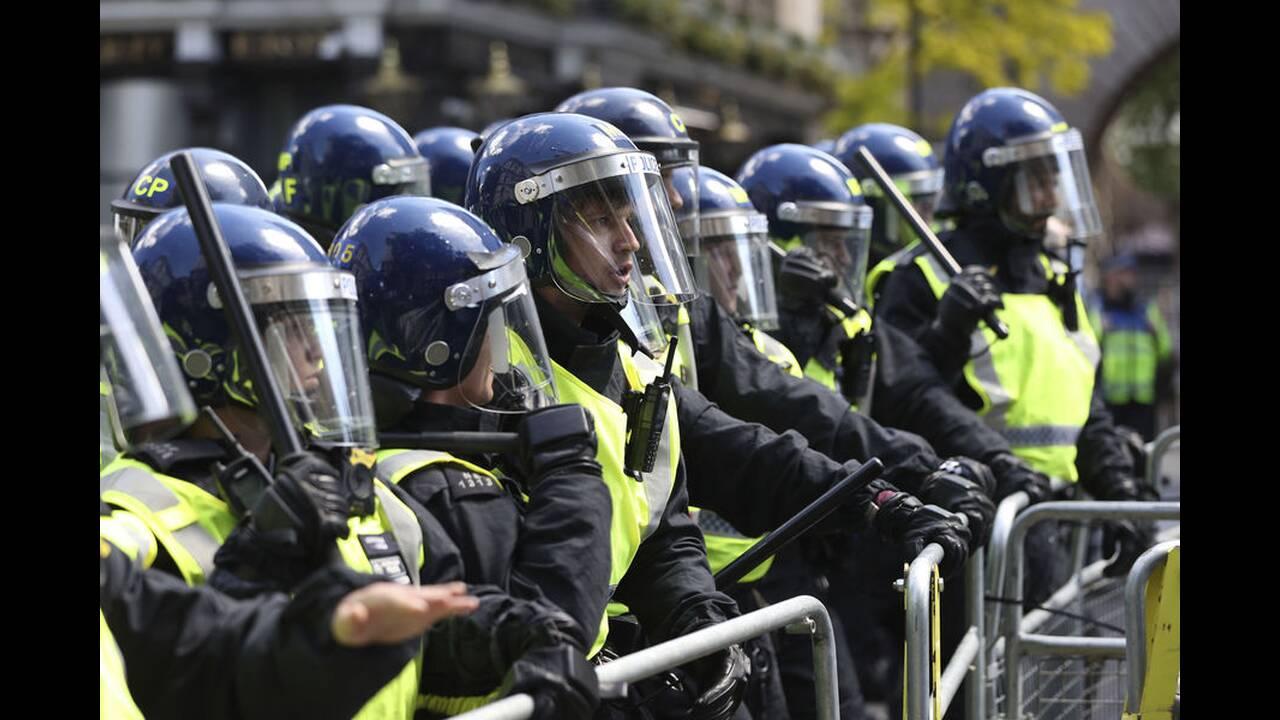 https://cdn.cnngreece.gr/media/news/2020/06/13/223147/photos/snapshot/london-clashes-4.jpg