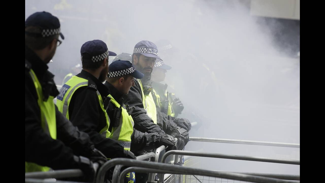 https://cdn.cnngreece.gr/media/news/2020/06/13/223147/photos/snapshot/london-clashes-7.jpg