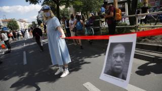 Βερολίνο: Χιλιάδες διαδηλωτές σχημάτισαν ανθρώπινη αλυσίδα κατά του ρατσισμού