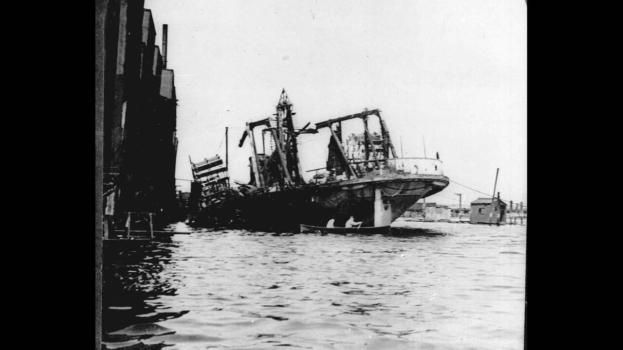 1904, Νέα Υόρκη.  Το πλοίο General Slocum παίρνει φωτιά στο λιμάνι της Νέας Υόρκης και σε αυτό χάνουν τη ζωή τους 1,030 άνθρωποι, κυρίως Γερμανοί μετανάστες.