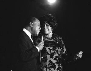 1971, Νέα Υόρκη.  Ο Λούις Άρμστρονγκ με την Έλα Φιτστζέραλντ στο θέατρο Αστόρια της Νέας Υόρκης. Η Φιτστζέραλντ πέθανε στις 15 Ιουνίου 1996, στο Μπέβερλι Χιλς.