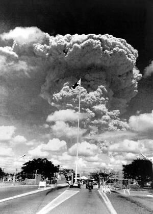 1991, Φιλιππίνες.  Η αεροπορική βάση Κλαρκ, των ΗΠΑ, εκκενώνεται καθώς η στάχτη από την έκρηξη του ηφαιστείου Πινατούμπο απλώνεται στην περιοχή.