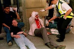 1996, Μάντσεστερ.  Μια έκρηξη βόμβας είχε ως συνέπεια να τραυματιστούν τουλάχιστον 60 άνθρωποι σε εμπορικό κέντρο του Μάντσεστερ. Της έκρηξης είχε προηγηθεί προειδοποίηση, αλλά η αστυνομία δεν πρόλαβε να βρει τη βόμβα.