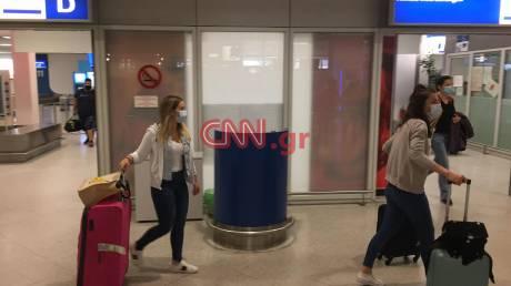 Το CNN Greece στο «Ελευθέριος Βενιζέλος»: Έφτασαν οι πρώτοι ταξιδιώτες στην Αθήνα