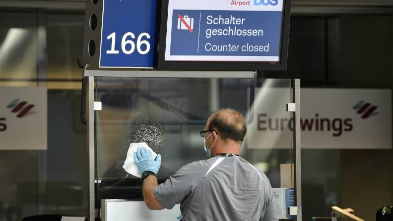 Οι ευρωπαϊκές χώρες ανοίγουν τα σύνορά τους, οι ταξιδιώτες διστάζουν