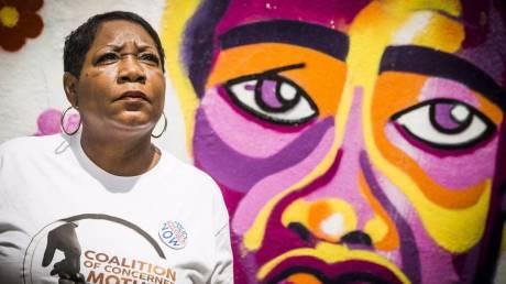 «Ένιωσα ξανά τον θάνατο του γιου μου»: Μητέρα δολοφονηθέντος Αφροαμερικανού μιλά για τον Φλόιντ