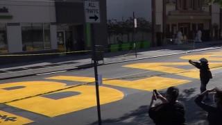Νέα Υόρκη: Γιγαντιαίο αντιρατσιστικό σύνθημα σε δρόμο του Μπρούκλιν