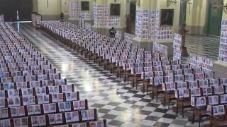Λίμα: Λειτουργία σε εκκλησία με τις φωτογραφίες των θυμάτων του κορωνοϊού