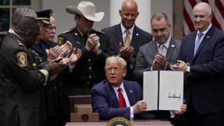 ΗΠΑ: Ο Τραμπ υπέγραψε διάταγμα για περιορισμένη μεταρρύθμιση της αστυνομίας
