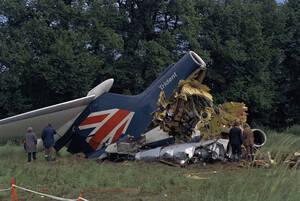 1972, Λονδίνο.  Η πτήση 548 της εταιρείας British European Airways, έχει συντριβεί λίγα λεπτά μετά την απογείωσή της από το αεροδρόμιο του Λονδίνου. Όλοι οι 118 επιβαίνοντες, σκοτώθηκαν κατά την πρόσκρουση.