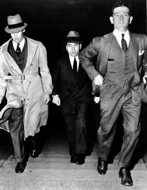 1936, Νέα Υόρκη  Ο διαβόητος μαφιόζος Τσαρλς -Λάκι- Λουτσιάνο προσέρχεται στο ανώτατο δικαστήριο της Νέας Υόρκης, προκειμένου να ακούσει την ποινή του, μετά την καταδίκη του για την εμπλοκή του σε κύκλωμα πορνείας. Καταδικάστηκε τελικά σε 30-50 χρόνια φυ
