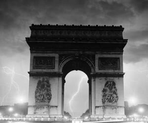 1951, Παρίσι. 'Ενας από τους πολλούς κεραυνούς που χτύπησαν το Παρίσι σε μια από τις χειρότερες καταιγίδες που έχει δει η πόλη τις τελευταίες δεκαετίες.