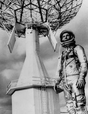 1963, Φλόριντα.  Ο αστροναύτης Τζον Γκλεν, ο πρώτος Αμερικανός που έκανε μια πλήρη τροχιά στο διάστημα, φωτογραφίζεται στο Akrvt;hrio Κανάβεραλ.