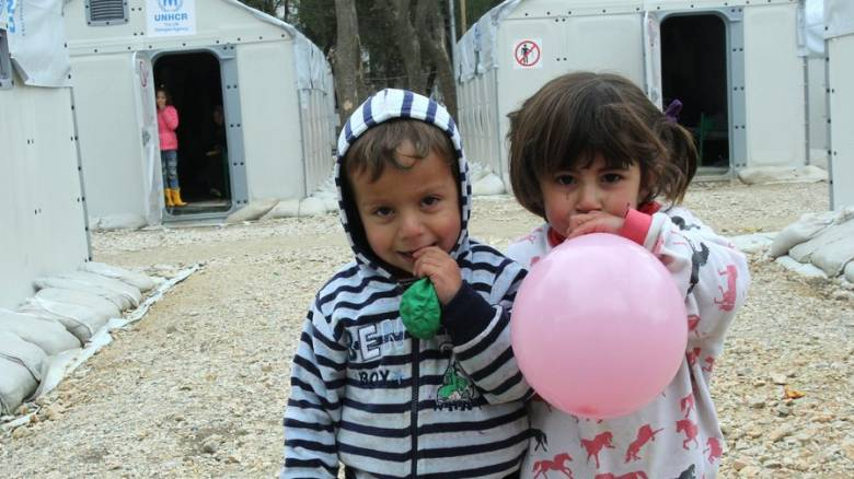 Κομισιόν: Ξεκινά ξανά η μετεγκατάσταση ασυνόδευτων προσφυγόπουλων από την Ελλάδα