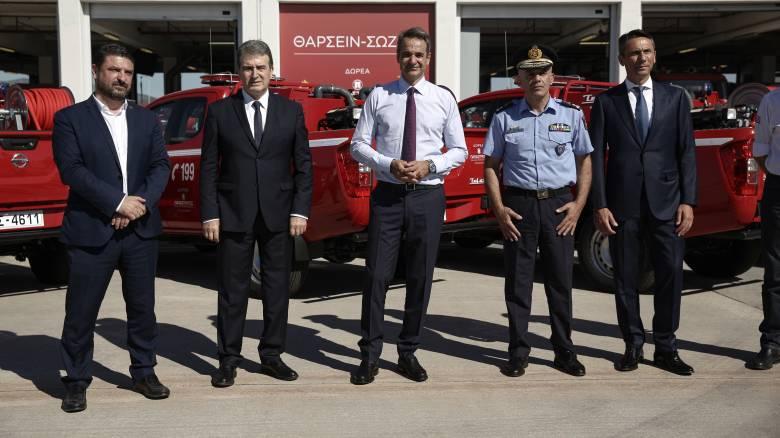 «Θα τις περιορίσουμε τις πυρκαγιές»: Παρουσία του πρωθυπουργού η παράδοση 20 πυροσβεστικών οχημάτων