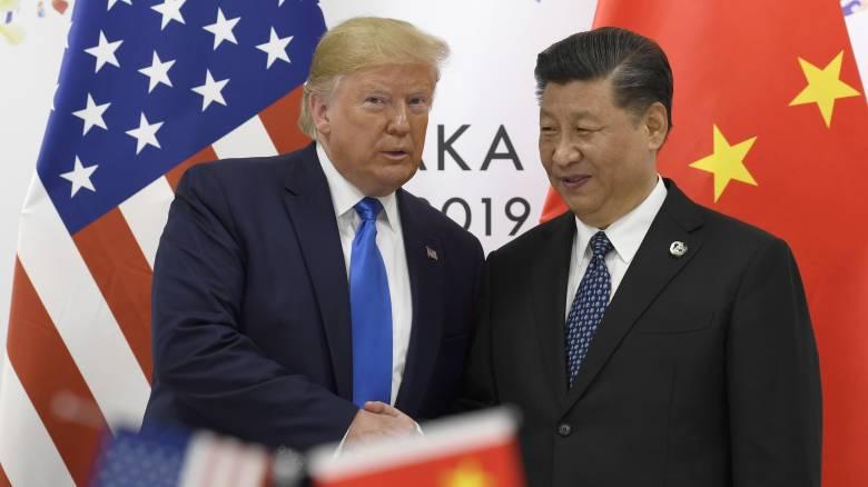 Ο Τραμπ απειλεί ξανά να διακόψει κάθε δεσμό με την Κίνα, αμφισβητεί τα κρούσματα στο Πεκίνο