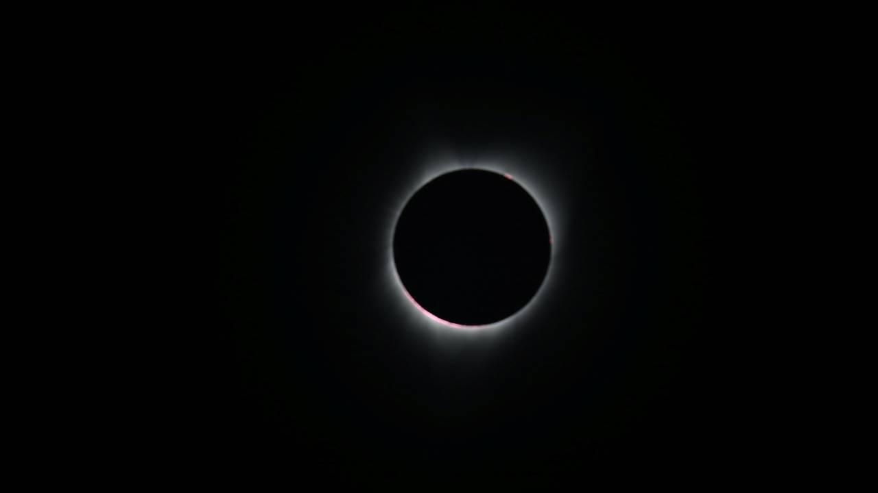 https://cdn.cnngreece.gr/media/news/2020/06/19/223953/photos/snapshot/2017-08-21T172449Z_1149668074_RC176731C840_RTRMADP_3_SOLAR-ECLIPSE-USA.JPG